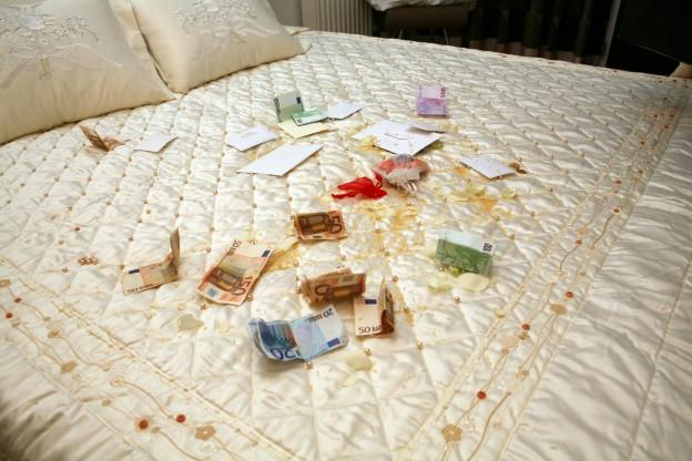 Λεφτά, ρύζι και κουφέτα στο Γαμήλιο Κρεβάτι